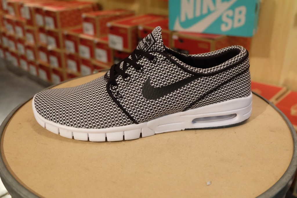 "รองเท้า Nike ""(Air) Stefan Janoski – Black/Black-White"" : Price 4,290.-"