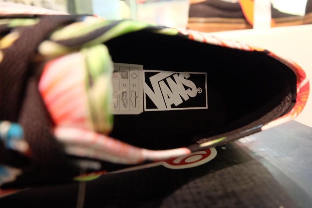 """รองเท้า VANS """"Authentic - (Hawaiian Florral) Black"""" : Price 2,790.-"""