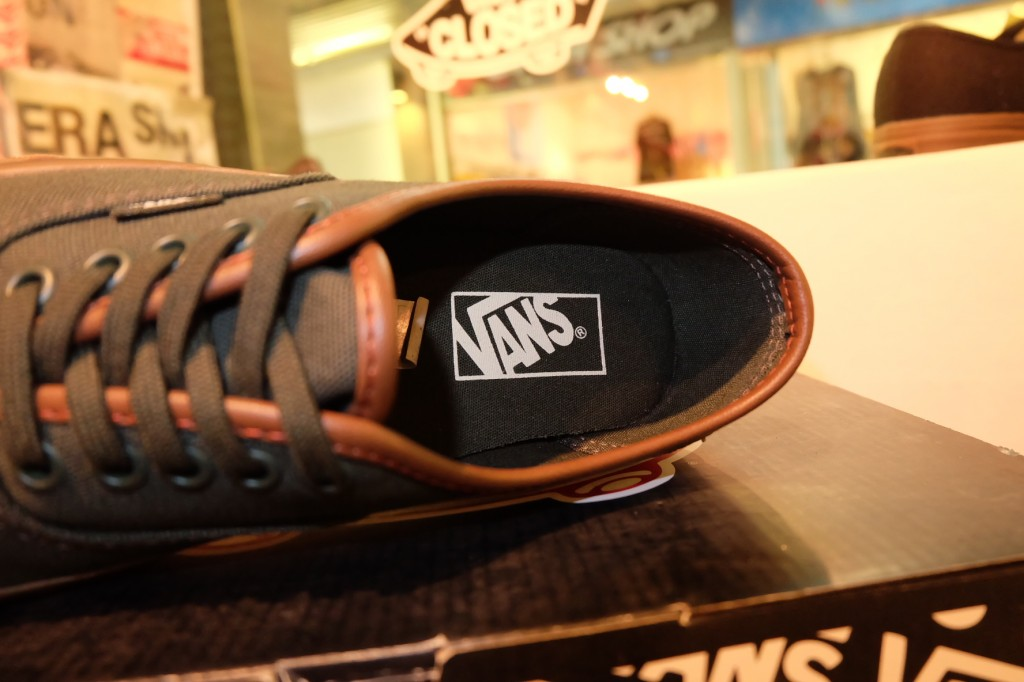 "รองเท้า VANS ""Authentic - Duffel Bag/Gum (10 Oz)"" : Price 2,200.-"
