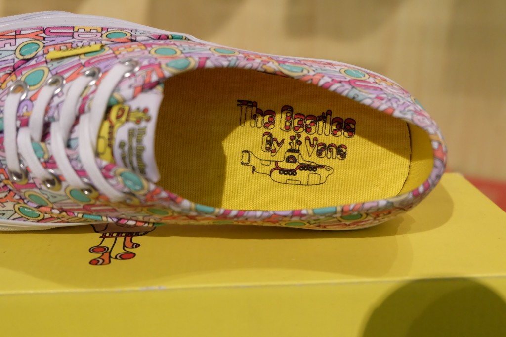 """VANS """"Authentic (The Beatles) - All You Need Is Love"""" [Yellow Submarine Signature] : Price 3300.-"""